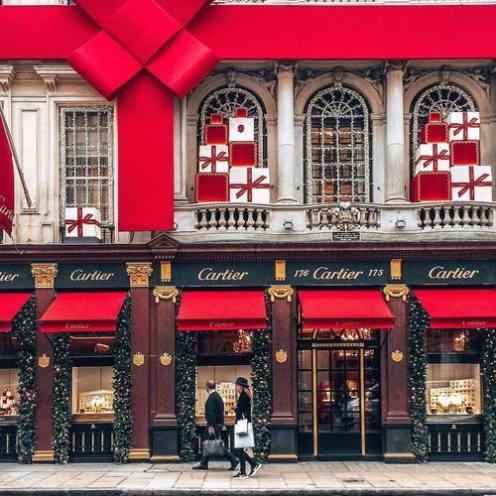 卡地亞採用深紅色作品牌顏色。
