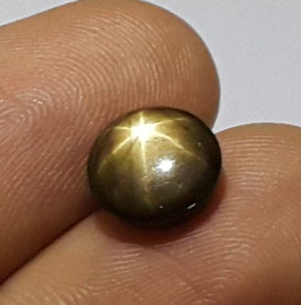 擁有六星星光效應的金光藍寶石