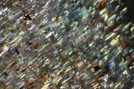 放大後的日光石:含赤鐵礦_針鐵礦內含物
