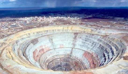 2. 開採鑽石後留下的巨大鑽石坑(2).jpg