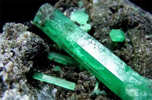 1. 綠柱石祖母綠原石.jpg
