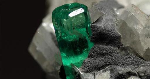 2. 綠柱石祖母綠原石.jpg